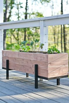 35 Creative DIY Pallet and Wood Planter Box Ideas for Your Garden - Farm.Family wood planter 35 Creative DIY Pallet and Wood Planter Box Ideas for Your Garden - FarmFoodFamily Balcony Planters, Cedar Planters, Wooden Planters, Outdoor Planters, Outdoor Decor, Balcony Ideas, Balcony Garden, Pergola Ideas, Backyard Ideas