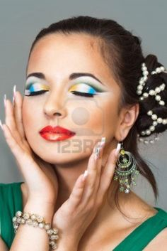 evening makeup with bright effect to the eyes