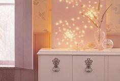 Achei boa a idéia do quadro em branco + luzinhas de natal = instalação moderninha!