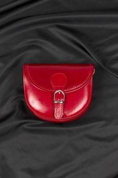 Borsa in vera pelle modello postino, disponibile anche in nero, cuoio e blu navy.Made in Italy. http://www.brendatelier.it/prodotto.asp?st=primavera_estate_2015&tag=borsa_pelle_postino_piccola__Y-166&col=rosso&lang=it