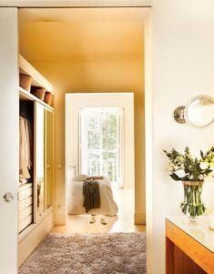 Vista del dormitorio y vestidor desde el baño. Tres espacios comunicados