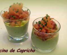CHUPITO DE GUACAMOLE CON TARTAR DE SALMON MARINADO Guacamole, Fruit Salad, Pudding, Desserts, Food, Shot Glasses, Party, Cream Cheeses, Onion
