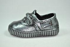 Zapatilla metalizado estaño. Irulea Moda infantl y lencería femenina  #irulea #donostia #sansebastian #bayfashion #modainfantil #lenceria #princesscharlotte #newroyalbaby #ropaniños #princesacarlota #zapatos #shoes