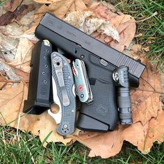 "Black Crow Carry on Instagram: ""I love clean, crisp days after it rains. Life in HD. 😍 • #LuckFavorsThePrepared #edc #everydaycarry #glock43 #g43 #spyderco #spydercodelica…"""