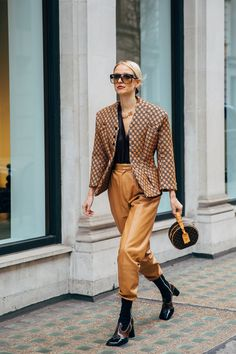Fall Outfit: Leather Pants and blazer. Fall outfits for mom… Fall Outfit: Leather Pants and blazer. Best Street Style, Model Street Style, Autumn Street Style, Street Styles, Fashion Weeks, Fashion Mode, Fashion Tips, Fashion Trends, Street Fashion