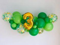 Green Balloon Garland Kit Green and Gold Confetti Balloons 2nd Birthday Party Themes, Diy Birthday Decorations, Balloon Decorations Party, Balloon Garland, Dinasour Party, Arlo Und Spot, Dinosaur Birthday Cakes, Minecraft, Gold Confetti