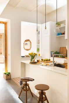Cocina blanca pequeña organizada en dos frentes paralelos. Cocina blanca pequeña organizada en dos frentes paralelos_00450031 Boho Kitchen, Kitchen Design, Outdoor Bar Stools, Outdoor Decor, Made To Measure Furniture, Apartment Kitchen, Ideal Home, Layout Design, Sweet Home