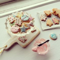 1:12 scale // Miniature frosting Christmas cookies van Kimsminibakery op Etsy