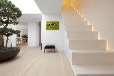 indirekte-beleuchtung-schlafzimmer-im-modern-treppenhaus-mit-seitliche-lichtleiste-neben-heller-holzboden.jpg 990×660 Pixel