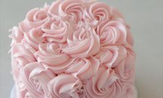 Learn how to pipe pretty roses in this visual step-by-step for a truly show-stopping cake. Rose Frosting, Rose Icing, Frosting Tips, Cake Decorating Roses, Cake Decorating Techniques, Decorating Tools, Beautiful Cakes, Amazing Cakes, Cake Cookies