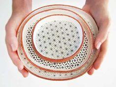 Sofralarınıza biraz doğallık katmaya ne dersiniz? Seramik, doğal görünümlü tabak modellerini kullanabilirsiniz.