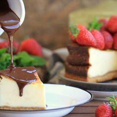 Tarta de queso con salsa caliente de chocolate