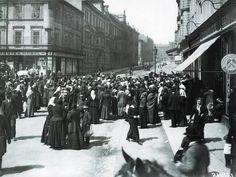 Fronta před takzvaným Aprovizačním úřadem, který měl na starosti zásobování potravinami, za první světové války v Plzni