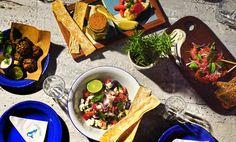 Lambisgoia, um bar com ares da Grécia e comida de boteco, é o novo projeto de Renata Vanzetto em Ilhabela, litoral norte de São Paulo A jovem chef, que passou grande parte da sua adolescência em Ilhabela e já comanda