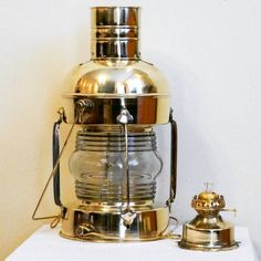 Mosiężna lampa żeglarska, dawna marynistyczna lampa nawigacyjna, stylowa naftowa lampa okrętowa - dawniej wskazywały drogę do portu, oświetlały burty i maszty żaglowców, dzisiaj podstawowy element morskiego wystroju wnętrz, prestiżowa dekoracja marynistyczna, stylowe przedmioty w morskim stylu, upominki żeglarskie, prezent dla Żeglarza, stylowe naftowe lampy okrętowe jako niepowtarzalny prezent, marynistyczny upominek  http://sklep.marynistyka.org/lampy-zeglarskie-c-8.html #Marynistyka