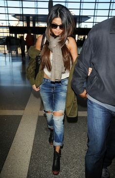 Selena Gomez street style with ripped jeans Fashion Sale, New York Fashion, Style Fashion, Fall Fashion, Gizele Oliveira, Online Shopping, Selena Gomez Style, Airport Style, Airport Chic