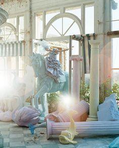 photographe de mode Tim Walker, qui tout en photographiant les modèles et les actrices les plus célèbres comme Kate Moss ou Tilda Swinton, a su développer autour de ses photographies un véritable univers surréaliste et onirique…