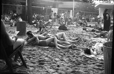 Vivian Maier Coney Island, New York (Couple Kissing at Beach), circa presented by Stephen Bulger Gallery Vivian Maier, Mary Poppins, Charmer Une Femme, Vintage Photographs, Vintage Photos, Erich Hartmann, New York City, Garry Winogrand, Chicago