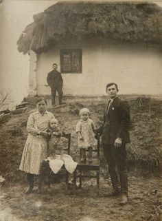 Українська сім'я і хата під стріхою. Фото 20 -х р. Old Photos, Vintage Photos, Ellis Island, Isle Of Man, Lithuania, Norway, Russia, Folk, Historia