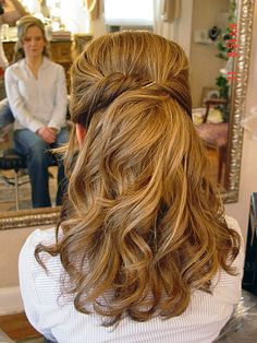 wedding hairstyles pretty half up half down. wedding hairstyles can always bring women ultragorgeous looks they can be weddinginspired buns, half up half down or curly waves no matter what the brida. Curled Prom Hair, Short Hair Updo, Long Curly Hair, Half Updo Hairstyles, Bride Hairstyles, Updos, Hairdos, Bridesmaid Hairstyles, Brunette Hairstyles