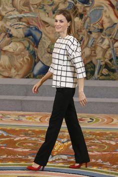 #5 ~ UN TOQUE MODERNO, CON TOP OVERSIZE ~ Letizia es una reina moderna y estilosa, por eso de vez en cuando nos regala looks tan geniales como este en el que luce un top de cuadros de corte oversize. La moda está muy cerca de la Reina | Los 13 mejores looks de Doña Letizia durante el año 2014, el mejor año dentro de la Casa Real