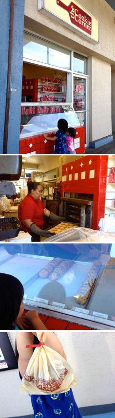 Cookie Cornerのクッキーがおいしい!  赤いラッピングで有名なこのお店、アラモアナショッピングセンター1階にあるのはご存知の方も多いと思いますが、今日はあえてKaimuki Shopping CenterのCookie Cornerをご紹介♪  カイムキにある小さいローカルな雰囲気たっぷりのショッピングセンターにあるCookie Cornerは、正にその名の通り、街の一角にあるクッキー屋さんと言った雰囲気。 アラモアナの大きなお店と同じお店とは思えないほどのたたずまいです。  買い物帰り、クッキーの匂いに誘われて、子供たちとひとりひとつずつ好きなクッキーを買って帰る、そんなフラッと感がなんとも気軽で大好きです。  我が家のお気に入りは、チョコチップクッキーとオートミールレーズンクッキー。 焼き上がったばっかりのクッキーは本当にふわふわしてて、最高!まさにHappy moment♪  こんな小さなところからスタートしたMade in Hawaiiのクッキー。 自分用にちょっと1枚買ってほおばってみては?  ::MamaA::