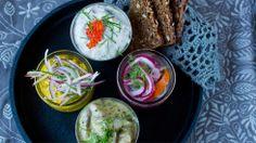 Sildetallerken: løksild, karrisild, rømmesild med rogn og sennepssild - Serveres gjerne med rugbrød, hjemmelaget knekkebrød og godt smør.