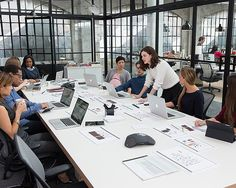 The Intern Movie - Le nouveau stagiaire Anne Hathaway Robert de Niro Anne Hathaway, Office Interior Design, Office Interiors, The Intern Movie, Conference Room Design, Nancy Meyers, Co Working, Working Hard, Industrial Interiors