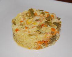 Cómo hacer Arroz con verduras y gambas. Picamos muy fino la cebolla, el tomate, la zanahoria, el pimiento verde y las habichuelas y ponemos a rehogar en una paellera en la Grains, Rice, Pasta, Ethnic Recipes, Food, Risotto, Vegetable Rice, Onion, Desserts