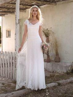 Vintage trouwjurk van Rembo Styling bruidsmode. Soepel kant met een mooie vallende halslijn.