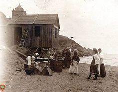 Grupo de mujeres y niños en una caseta de madera de la playa (1896) Ennegrecimiento directo