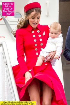 Princess Kate Middleton coming down the aircraft steps landing in New Zealand with her husband Prince William and little Prince George Kate Middleton Skirt, Estilo Kate Middleton, Kate Middleton Outfits, Kate Middleton Pictures, Windy Skirts, Style Royal, Estilo Real, Prince Georges, Prince William And Kate