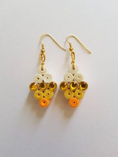 Handcrafted Quilled earrings in beige and gold Quiling Earings, Paper Quilling Earrings, Paper Quilling Designs, Quilling Paper Craft, Quilling Patterns, Creeper Minecraft, Pixel Beads, Diy Earrings, Handmade Jewelry