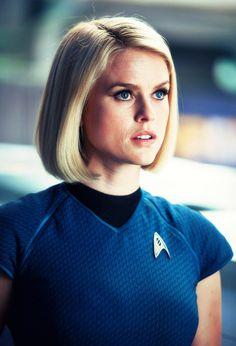 Niet alle haarstijlen zijn speciaal in Science Fiction films, soms zijn het gewoon zeer eenvoudige (/hedendaagse) kapsels zoals hier.  Film: Star Trek