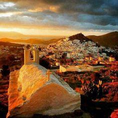 Βρέθηκε στο Bing από www.pinterest.com Cyclades Islands, Greece Islands, Paros, Mykonos, Amazing Sunsets, Amazing Places, Blue Pictures, Stunning View, Photos Du