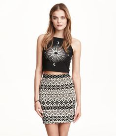 Short skirt in textured jersey with a printed pattern and elasticized waistband.
