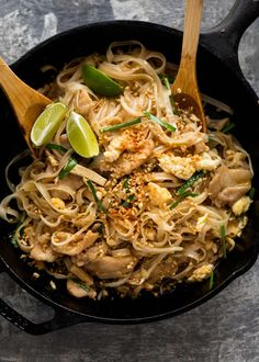 Chicken Pad Thai in a black skillet, fresh off the stove, ready to be served. and sour fish recipe chinese food Pad Thai Oreo Vegan, Pad Thai Receta, Pad Thai Sauce, Recipetin Eats, Recipe Tin, Asian Cooking, Asian Recipes, Pad Thai Recipes, Tamarind Recipes