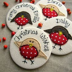 Christmas Robins: so cute. Once saw someone& collection of robin christmascards, looked great! For some reason robins are connected with Christmas, although I don& know why. Christmas Makes, Felt Christmas, All Things Christmas, Handmade Christmas, Christmas Time, Christmas Ornaments, Personalised Christmas Cards, Freehand Machine Embroidery, Free Motion Embroidery