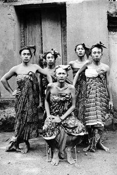 COLLECTIE TROPENMUSEUM Balinese mannen op Lombok.