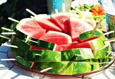 Forma fofa de servir melancia em festas ao ar livre. sem lambanças. ;)