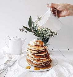 who could say no to pancakes this good looking, yum! Think Food, Love Food, Brunch, It Goes On, Aesthetic Food, Aesthetic Coffee, Crepes, Food Inspiration, Sweet Recipes