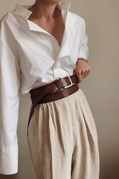 """Comment porter une chemise blanche avec style Tips and ideas of outfits to wear your white shirt without doing too """"classic"""" All the tips & ideas of outfits are in this article! Outfits Fo, Spring Outfits, Fashion Outfits, Fashion Tips, Fashion Trends, Batman Outfits, Travel Outfits, Fashion Hacks, Casual Outfits"""