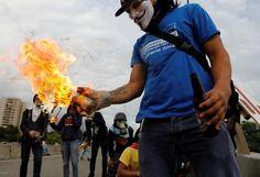 Las #Protestas contra la #Tiranía en #Venezuela llega hasta #Holywood #Califormia #USA. En la #Foto #Manifestante prepara una bomba molotov en una protesta contra el presidente venezolano, Nicolás Maduro, en #CaracasVenezuela.