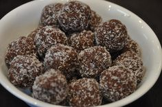 Nut Free Berry Bliss Balls - The Nourished Psychologist Coconut Balls, Coconut Flour, Almond Butter, Chocolate Coconut Macaroons, Cocoa Cinnamon, Bliss Balls, Almond Recipes, Kid Friendly Meals, Nut Free