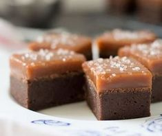 Salted caramel brownies - a la Donna Hay Caramel Bonbons, Salted Caramel Brownies, Fudge Brownies, Fudge Recipes, Chocolate Recipes, Mini Desserts, Delicious Desserts, Fudgy Brownie Recipe, Brownie Bar
