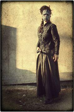La dama de negro con máscara plateada. Vestuario de Hoja de Níspero (http://hojadenispero.blogspot.com.es/) y mathoms de La Mathomería (http://lamathomeria.blogspot.com.es/)