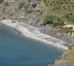 Playa Cabria, acceso de vehículos, ducha, cubos de basura y 2 chiringuitos. Almuñécar, Costa Tropical de Granada. www.guiadealmunecar.com