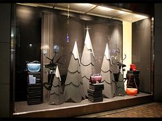window without mannequins - height from books/boxes Winter Window Display, Window Display Design, Store Window Displays, Visual Merchandising Displays, Visual Display, Vitrine Design, Store Front Windows, Showcase Design, Decoration
