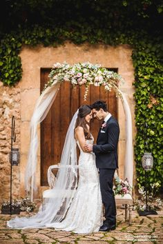 Arco decorado con rosas, eucaliptus, flor de cera..