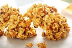 200 gr de maíz de palomitas (ó 2 sobres de palomitas para microondas sabor natural, no mantequilla) – 80 gr de mantequilla sin sal – 150 gr de azúcar